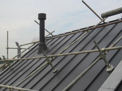 ハナミズキ通りの家 屋根完成 手摺格子施工中